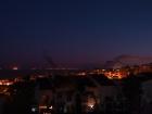 Die afrikanische Nordküste und Gibraltar bei Nacht.
