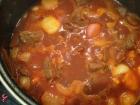 Nach dem Anbraten des Rindfleisch den Rotwein, die Brühe und die Schalotten dazugeben und gut 1,5 Stunden köcheln lassen