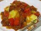 Fertig: pikantes Rindergulasch mit Salzkartoffeln.
