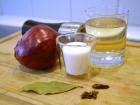 Zutaten: Zwiebel, Essig, Zucker, Salz, Lorbeerblatt, Chili, Gewürznelken