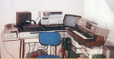 Ein C64 als Drum-Computer, ein paar Tapes, Mischpulte, Keyboard und EQ-Stuff.