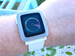 Die Pebble Time in weiss mit weissem Kautschuckarmband.  (WF: