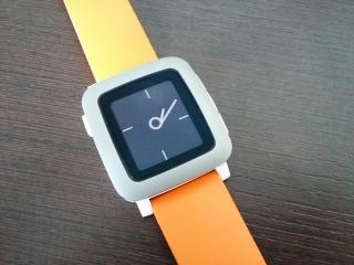 Auch mit einem orangen Armband sieht die Pebble sportlich schick aus.