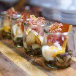 Onsen-Ei im Glas mit gebratenen Pilzen